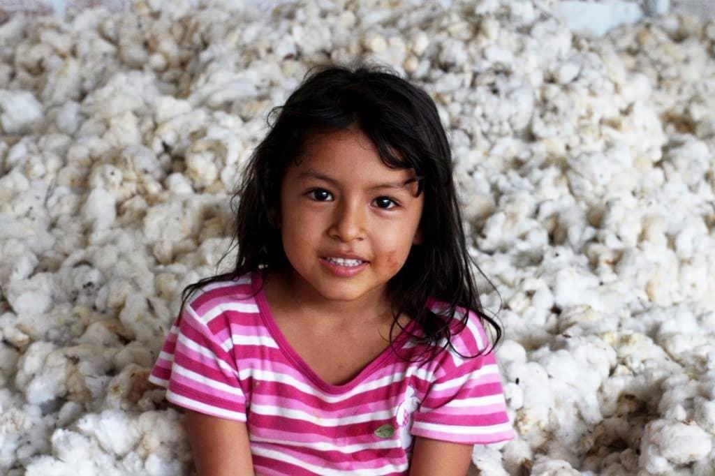 menina peruana e algodão orgânico pima do peu