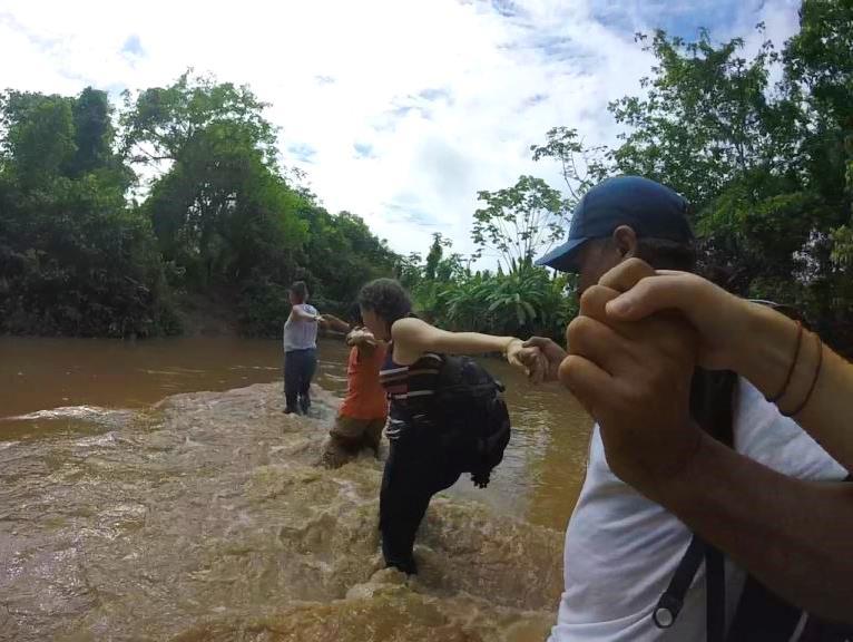 Equipe da Timirim atravessando um Rio para visitar um campo de algodao organico  Juanjui - Peru - timirim 2016