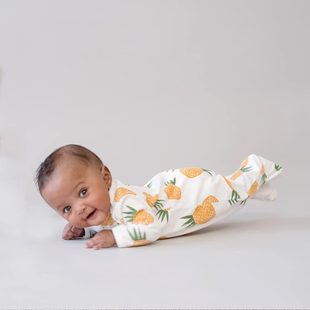 Macacão pijama em algodão pima orgânico estampa abacaxis