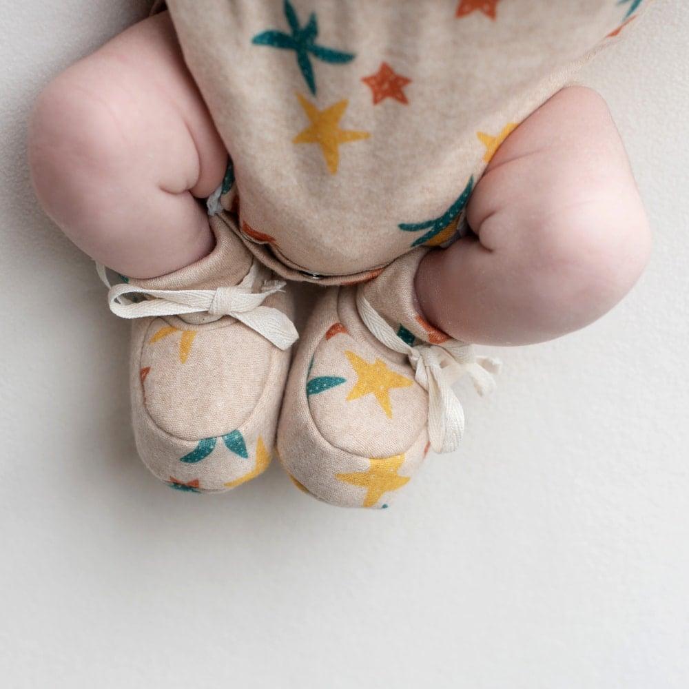 Sapatinho de bebê em algodão pima orgânico estampa estrela do mar