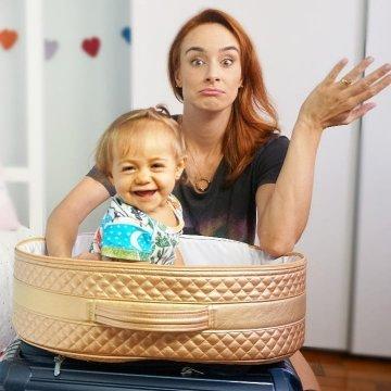 Naiumi Goldoni com filha de Timirim na mala