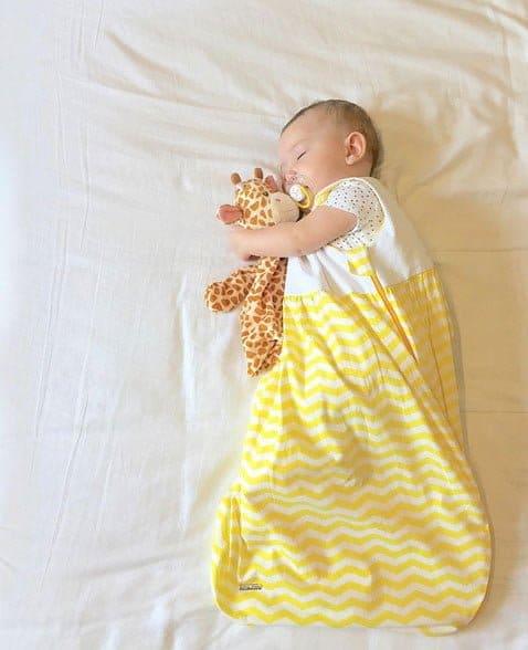 Bebê usando saco de dormir da Joli Môme