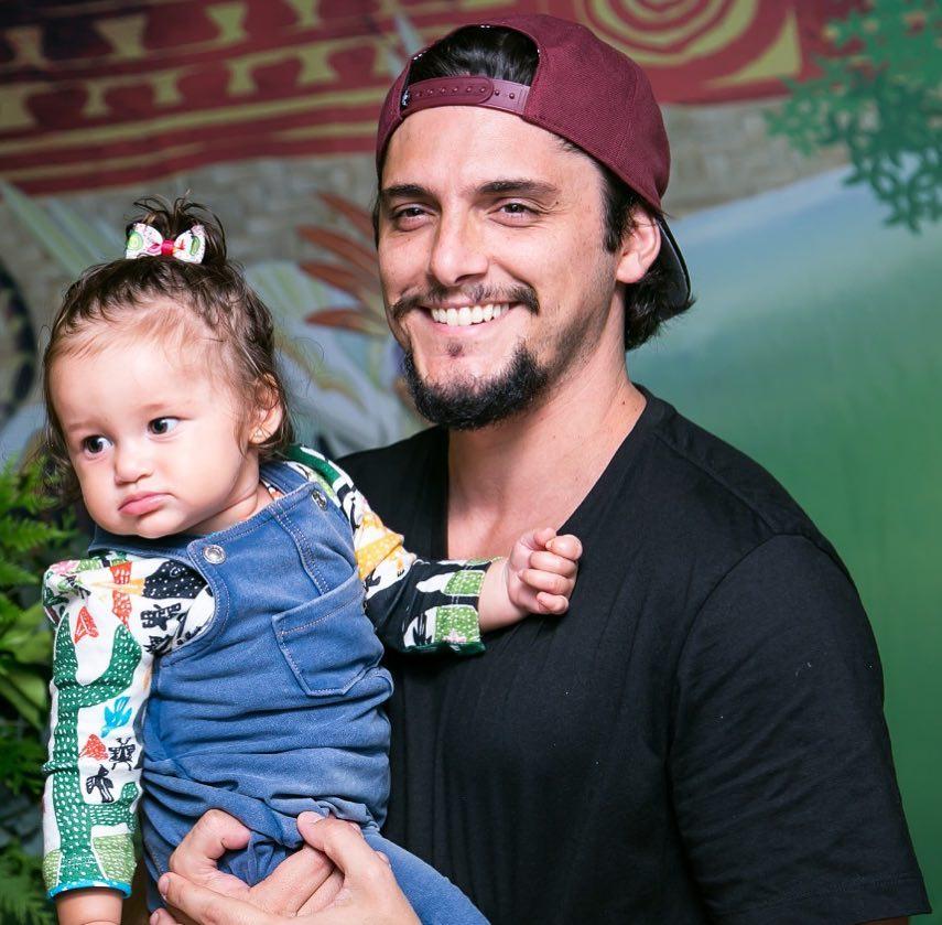 instagram do Bruno Gissoni com a filha dele e da Yanna Lavigne de roupa Timirim