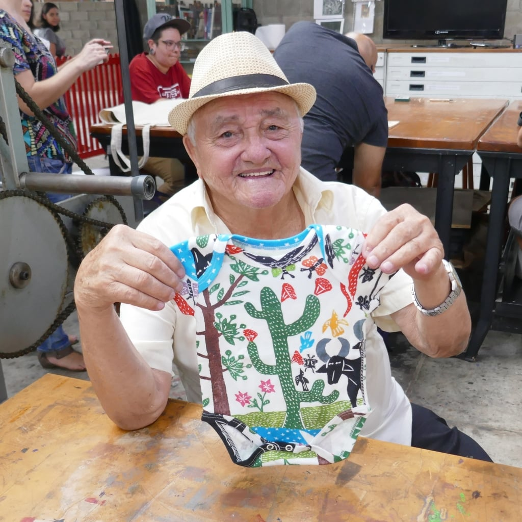 Artista J.Borges com um body da Timirim com a estampa paisagem do sertão 2018