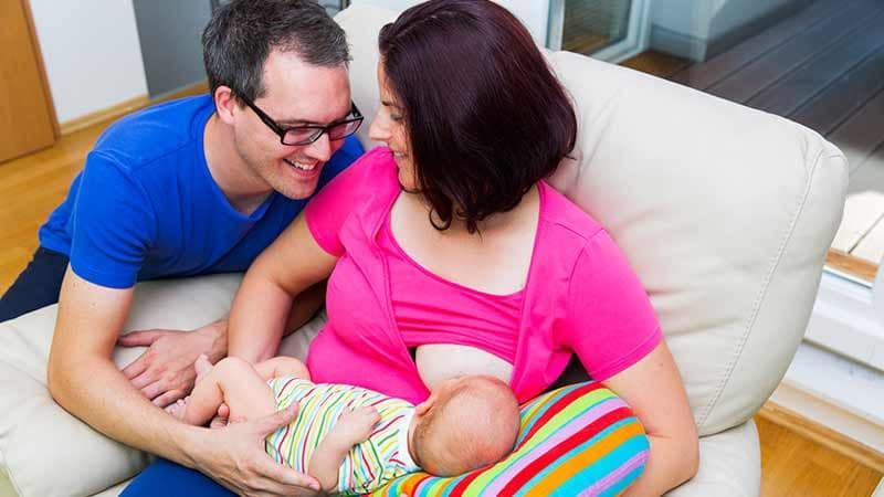 Timirim pai e mãe parceiros amamentação recem-nascido