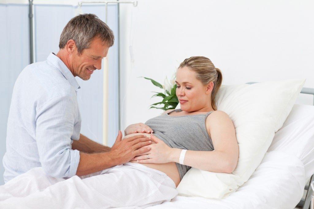 O casal o pai e a mãe aprendizagem toque na haptonomia