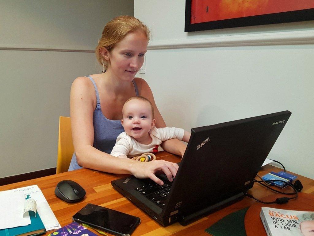 Ninon e Titouan mãe empreendedora da Timirim, trabalhando de casa com bebê