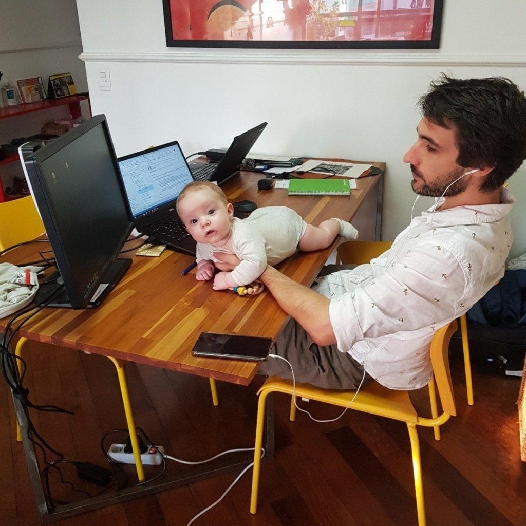 Pãe trabalhando de casa com o bebê