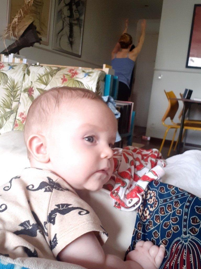 Meu bebê de Timirim me olhando fazer Yoga